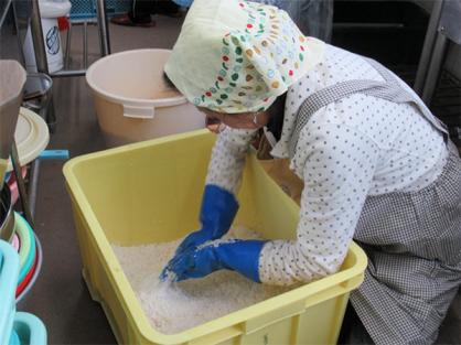 JA女性部の大豆サークルが、味噌作りを行いました。